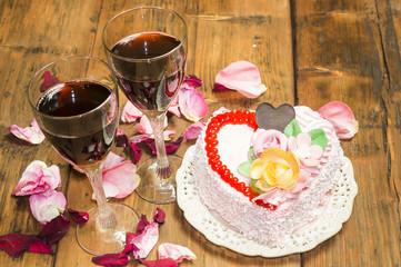 Tort w kształcie serca i wino w kieliszkach