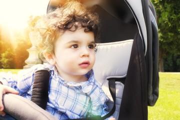 Bambino seduto sul passeggino