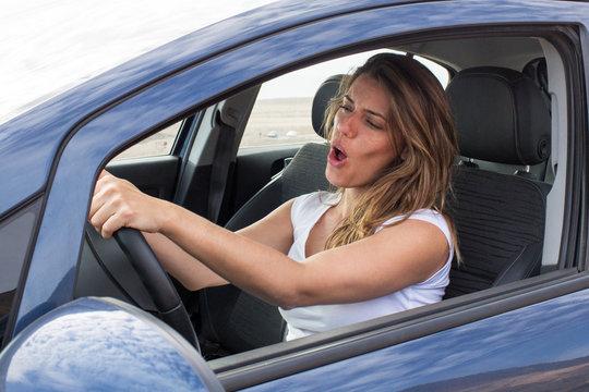 Frau singt im Auto