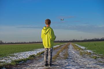 Junge steuert Drohne