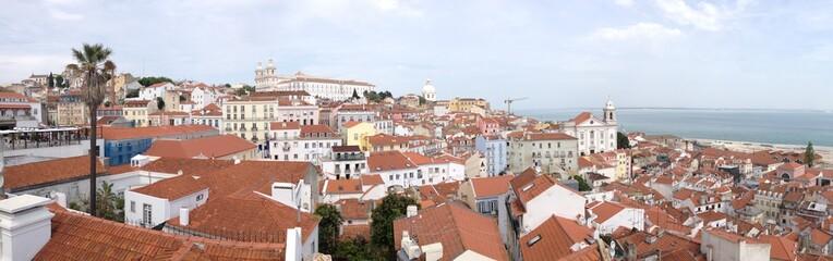Miradouro de Santa Luzia mit Blick auf das Kloster São Vicente de Fora, Alfama, Lissabon, Portugal