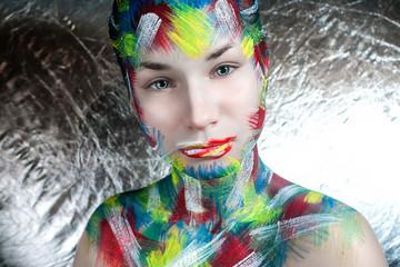 девушка подросток с креативным фэйс артом макияжем на лице и теле