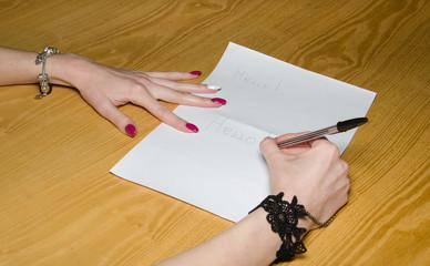 Scrivere ciao su un foglio