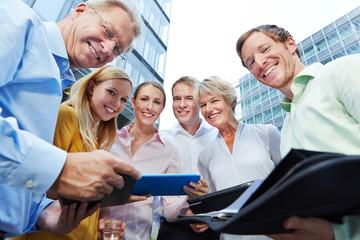 Business Team mit Tablet Computer hat Erfolg
