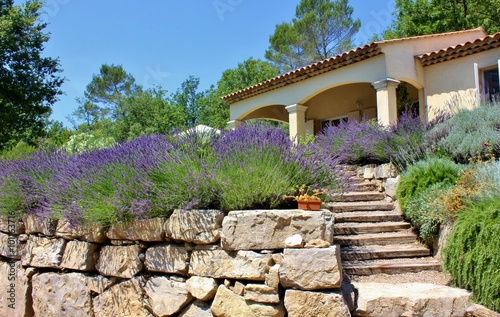 French summer house with traditional stone wall and - Gartengestaltung toskana stil ...