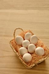 籠に入った卵 木目背景