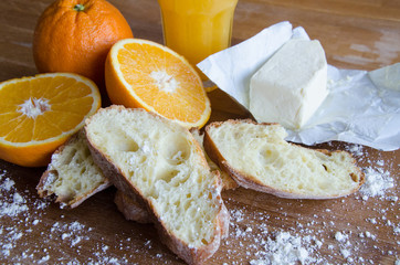 Fresh oranges, juice and pastry 2 Cut raw oranges, juice and white bread on the wooden board