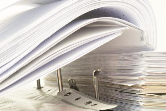 Akten Ordner mit Schriftstücken im Büro