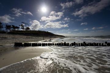 Ostsee im Sommer mit Sonne im Gegenlicht und Reflexionen