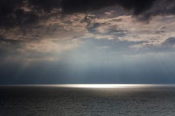 Spoed Foto op Canvas Nachtblauw Ostsee im Sommer mit Sonne im Gegenlicht und Reflexionen