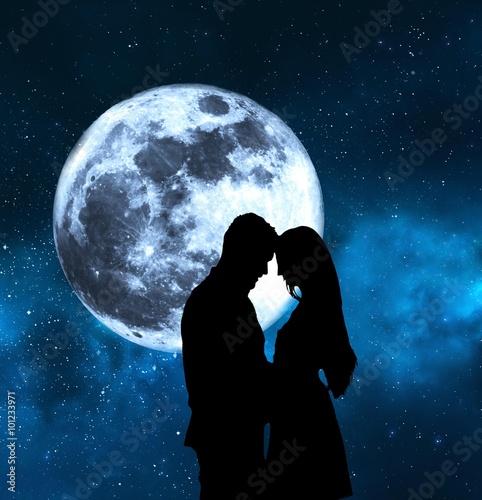 Wall mural enamorados bajo la luna