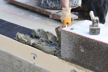 Bauen und Baustelle: die erste Lage
