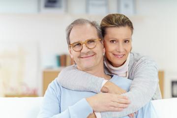 älteres glückliches paar zu hause