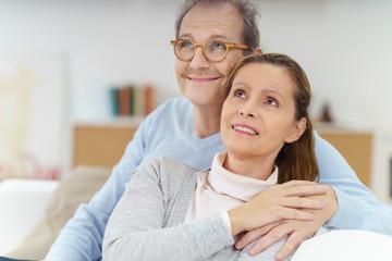 entspanntes älteres ehepaar schaut positiv nach vorn