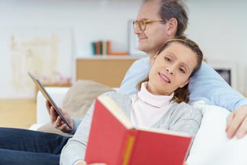älteres paar entspannt beim lesen