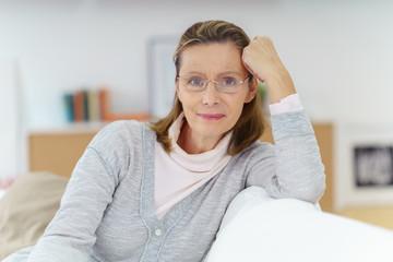 entspannte ältere frau zu hause auf dem sofa