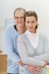 zufriedenes älteres ehepaar umarmt sich