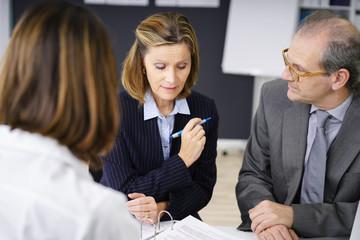 kompetente geschäftsfrau in einem meeting