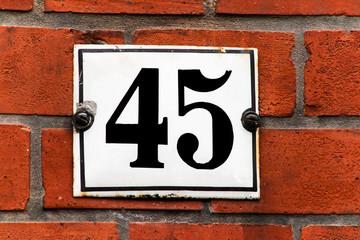 Hausnummer 45 auf Backsteinwand