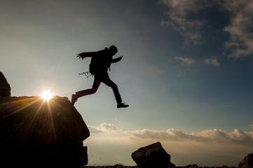 kayalıklardan atlayan coşkulu maceracı