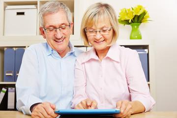 Paar Senioren mit Tablet Computer im Internet