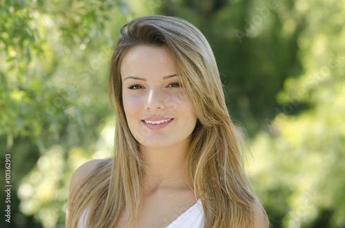 portrait d une jolie jeune fille blonde