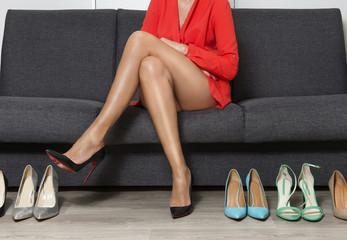 Obraz Młoda kobieta na zakupach butów. Szpilki damskie. - fototapety do salonu