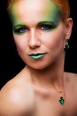 девушка с осенним зеленым арт макияжем