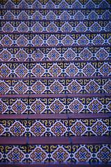 Bunte Fliesen / Die Treppenstufen einer Treppe dekoriert mit bunten orientalisch gemusterten Fliesen.