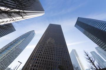超広角で見上げる新宿高層ビル群 快晴 青空