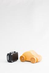 木の車とスーツケースのミニチュア