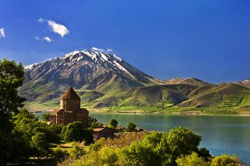 In de dag Turkije Turkey. Akdamar Island in Van Lake. The Armenian Cathedral Church of the Holy Cross (from 10th century)