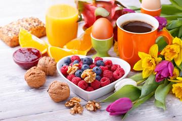 Gesundes Frühstück mit Obst und  Nüssen