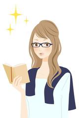 読書中の女性 笑顔