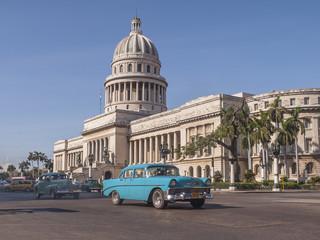 Fotorolgordijn Cubaanse oldtimers Classic cars in front of the Capitol in Havana. Cuba