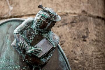 Bronzetafel mit Inschrift und Figur eines Mannes in Köln