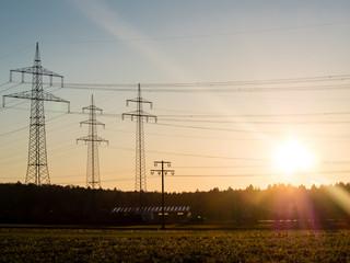 Strommasten in der Abendsonne