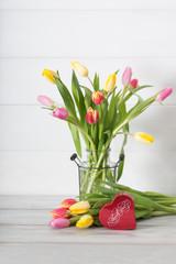 tulipani colorati e scatola-cuore