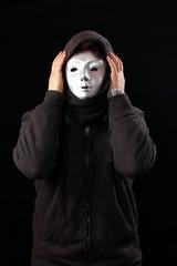 Maskierter hält sich Kopf, Ausweglosigkeit