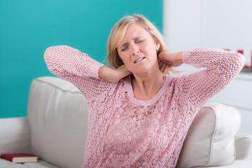 frau leitdet unter nackenverspannungen