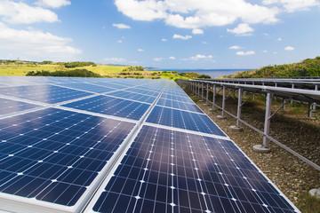 ソーラーパネルと沖縄の海