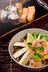Vietnamesisches Reisnudel Gericht mit Tofu, Shrimps, Ei und Gem