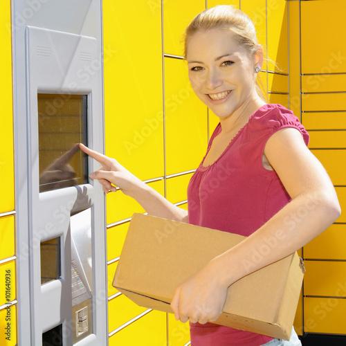frau bringt paket als post zur packstation stockfotos und lizenzfreie bilder auf. Black Bedroom Furniture Sets. Home Design Ideas