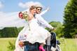 Hochzeit Bräutigam und Braut fahren mit Motorroller und haben Spaß