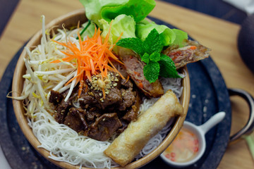 Bun Thit - Vietnamesische Reisnudel Schüssel Salat Bun Nem