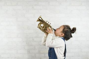 トランペットを演奏する女の子