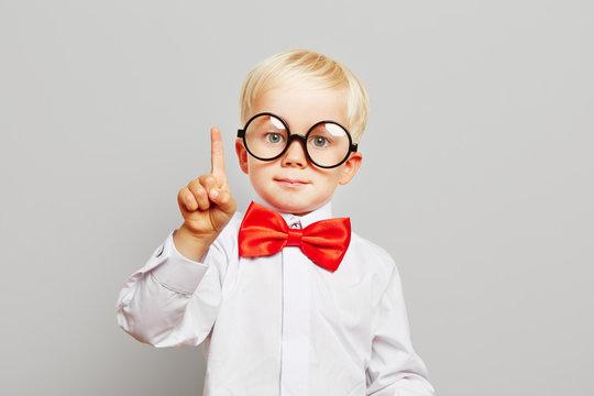 Kind mit Brille hat eine Idee