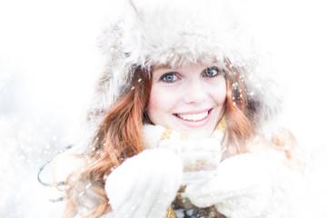 Frau mit Glas im Winter