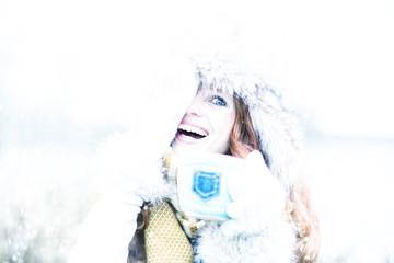 Frau mit Tasse im Winter