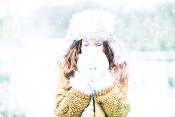frau im winter krank mit taschentuch